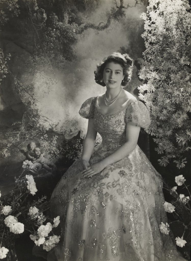 2010eh8162_cecil_beaton_queen_march1945-750x1024